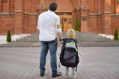 E Λίγος μαθητής με τον πατέρα του Πρώτη ημέρα του δημοτικού σχολείου στοκ εικόνα