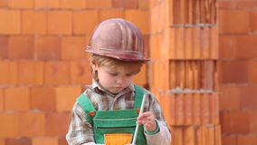 E Μικρό παιδί που ονειρεύεται για ένα νέο σπίτι Αρωγός γιων Παιδί και εργασίες Χαριτωμένο σπίτι οικοδόμησης αγοριών φιλμ μικρού μήκους