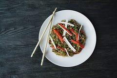 E Νουντλς σελοφάν που διακοσμούνται με τα λαχανικά, πράσινα Funchoza r r E στοκ εικόνες με δικαίωμα ελεύθερης χρήσης