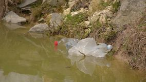 E Συλλογή απορριμάτων Προστασία του περιβάλλοντος, πλαστικά μπουκάλια απόθεμα βίντεο