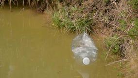 E Συλλογή απορριμάτων Προστασία του περιβάλλοντος, πλαστικά μπουκάλια και άλλο απόθεμα βίντεο