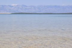 E E Τα βουνά Καθαρίστε το νερό Πέτρες κάτω από το νερό στοκ εικόνες