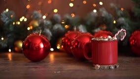 E Το δώρο, χρυσές διακοσμήσεις Χριστουγέννων, κυπαρίσσι διακλαδίζεται, κώνοι πεύκων στο άσπρο υπόβαθρο r απόθεμα βίντεο