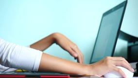 E Το κορίτσι επισύρει την προσοχή σε μια γραφική ταμπλέτα   Ένα χέρι με stylus που κινείται σε μια κόκκινη μαύρη ταμπλέτα 4k, σε  απόθεμα βίντεο