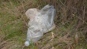 E Συλλογή απορριμάτων Το χέρι καθαρίζει τα πλαστικά απόβλητα Προστασία του περιβάλλοντος, πλαστικά μπουκάλια φιλμ μικρού μήκους