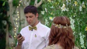 E Τροπικός κήπος στο βράδυ Καλό ζεύγος newlyweds απόθεμα βίντεο