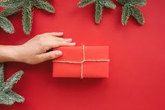 E Υπόβαθρο με το κιβώτιο και τις διακοσμήσεις δώρων στοκ εικόνες
