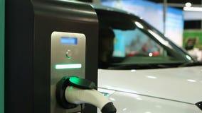 E-автомобиль испытания женщины, выставочный зал электротранспорта, автомобиль заткнул внутри поручая пункт акции видеоматериалы