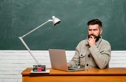 : E Бородатый гувернер около доски Образование и учить концепцию людей r стоковое фото rf