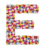 E, буква алфавита в различных цветках Стоковая Фотография
