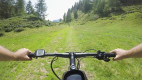 E-велосипед катания человека POV после женщины друга Велосипедист действия Mtb исследуя совместно путь горной тропы bike электрич акции видеоматериалы