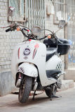 e-велосипед в hutong, Пекин Ретро-дизайна, Китай Стоковая Фотография