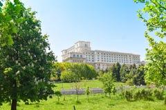 E Взгляд от центральной площади Дворец был приказан мимо стоковые фотографии rf