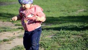 E девушка малыш идет вокруг озера учит идти r акции видеоматериалы