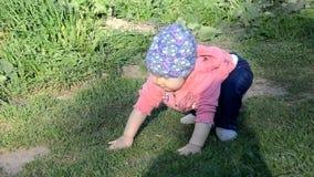 E девушка малыш идет вокруг озера учит идти r сток-видео