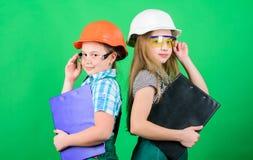E Девушки детей планируя реновацию Инициативные девушки детей обеспечивают реновацию их зеленый цвет комнаты стоковое фото rf