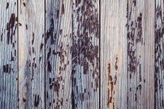 E дерево покрашенное в краске с течением времени, краска слезла  r стоковая фотография