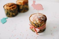 E Домодельный торт пасхи с украшениями Предпосылка праздника пасхи, весенний сезон r r стоковые фото