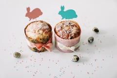 E Домодельный торт пасхи с украшениями Предпосылка праздника пасхи, весенний сезон r r стоковые изображения rf