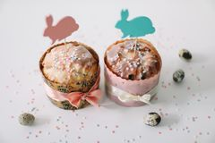 E Домодельный торт пасхи с украшениями Предпосылка праздника пасхи, весенний сезон r r стоковое изображение rf