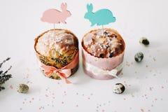 E Домодельный торт пасхи с украшениями Предпосылка праздника пасхи, весенний сезон r r стоковое фото rf