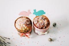 E Домодельный торт пасхи с украшениями Предпосылка праздника пасхи, весенний сезон r r стоковая фотография rf