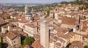 E Изумляя вид с воздуха трутня старого городка Ландшафт в центре города и своих исторических зданиях стоковая фотография