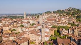 E Изумляя вид с воздуха трутня старого городка Ландшафт в центре города, своих исторических зданиях и башнях стоковые изображения