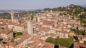 E Изумляя вид с воздуха трутня старого городка Ландшафт в центре города, своих исторических зданиях и башнях стоковая фотография rf