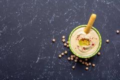 E Источники протеина овоща Шар hummus, на черной каменной таблице, нуты Взгляд сверху космоса экземпляра стоковые фото