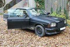 E-класс автомобиля W123 Benz Мерседес немца припарковал на покинутом дворе фабрики Стоковые Изображения