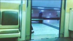 E люди в автомобиле в метро подземное метро : акции видеоматериалы