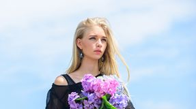 E Отпразднуйте весну Фотомодель девушки носит цветки гортензии Букет весны свежий стоковое фото rf