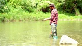 E Рыбная ловля американского рыболова Все еще рыбная ловля форели воды Рыбная ловля мухы Красивый рыболов в реке видеоматериал