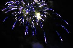 E Салют Буффонада предпосылки неба изумляя ярких желтых сверкная светов в ночном небе во время Нового Года и стоковое изображение rf