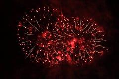 E ( Салют Файрбол ярких пурпурных и красочных светов в ночном небе во время праздника Нового Года и стоковое изображение rf