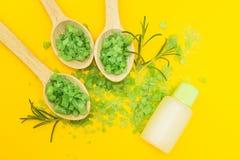 E Забота массажа и тела Свежие травы на желтой предпосылке стоковое фото