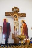 E состав распятия Христос на кресте между свечами стоковые изображения rf