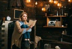 E Студент женщины наслаждается прочитать грамотность Знание и понимание прочитанного ключи к стоковое изображение rf