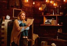 E Студент женщины наслаждается прочитать грамотность Знание и понимание прочитанного ключи к стоковое изображение
