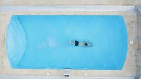 E Счастливый молодой человек на бассейне сток-видео