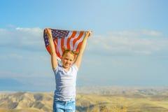 E Счастливый ребенк, милая девушка маленького ребенка с американским флагом Национальный 4-ое июля : стоковые фотографии rf
