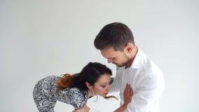 E Танцев пар красоты танец молодых социальный на белой предпосылке видеоматериал