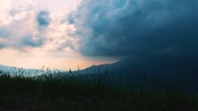 E Толстые грозовые облака плавают над гористой территорией видеоматериал
