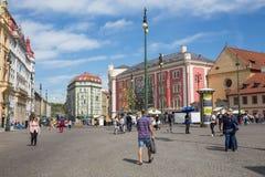 E Улица города со зданиями и люди проходя мимо Фото 2019 перемещения 26 arachnids стоковое фото