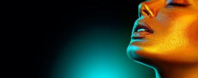 E Ультрамодный накаляя макияж кожи золота стоковое изображение