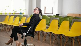 E 一名妇女在转动在椅子的商业中心 影视素材