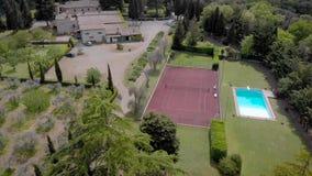 E 与游泳场和网球场的美丽的别墅 手段地方在意大利语领域托斯卡纳 股票视频