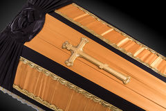 E 与金教会十字架的棺材特写镜头 库存照片
