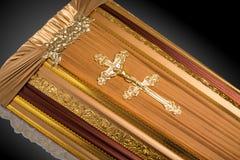 E 与金教会十字架的棺材特写镜头 免版税库存图片